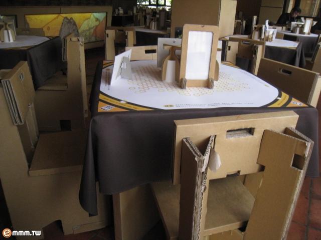桌子跟椅子都是纸箱做的喔!